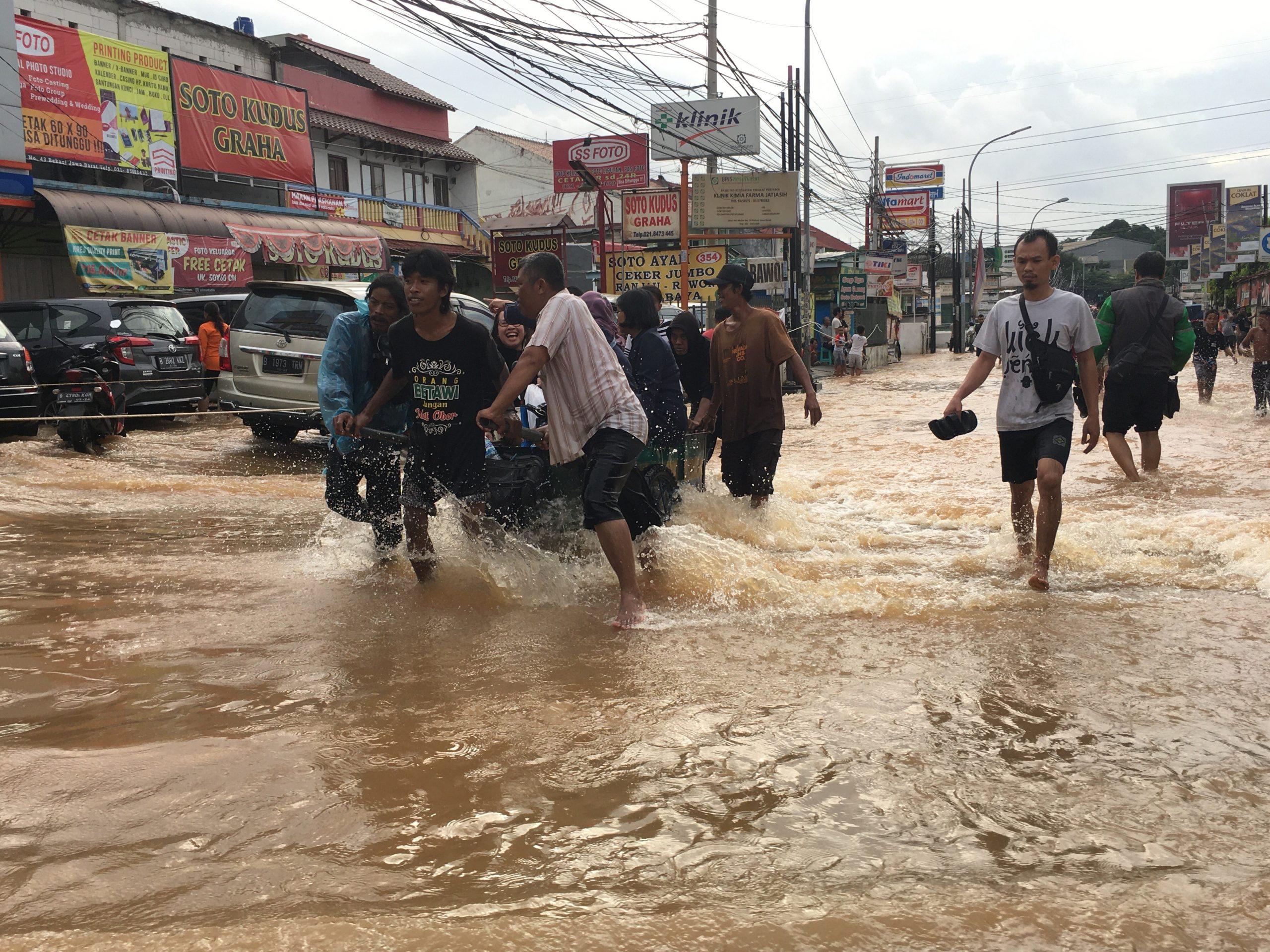 Banjir, Pemuda Jatimekar Raup Untung Satu Hari Rp 2 Juta, Modal Gerobak