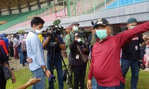 Wali Kota Bekasi Rahmat Effendi memantau kegiatan Rapid Test di Stadion Patriot Candrabhaga
