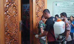 Cegah Corona, Masjid Al Barkah Disemprot Cairan Disinfectant Sebelum Ba'dah Jumat