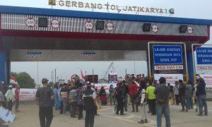 Duit Rp 218 Miliar Belum Dibayar Pengadilan, GT Tol Jatikarya 2 Diblokade Warga