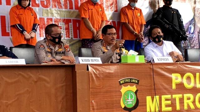 Pelaku pembunuhan HSU Ming Hu, Sri Sadewa  saat diinterogasi Kapolda Metro Jaya