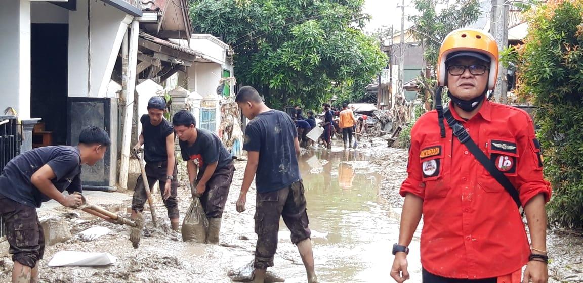 Proses pengerukan lumpur sisa banjir oleh Gerakan Relawan Bencana & Kemanusiaan. Foto: Istimewa