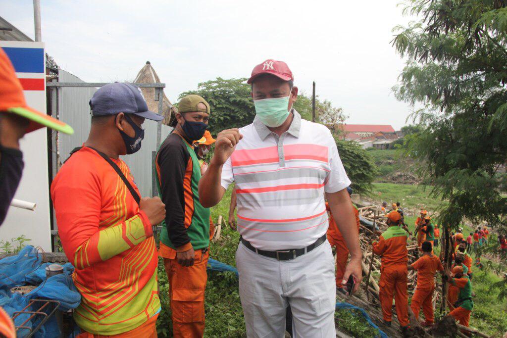 Wakil Wali Kota Bekasi Tri Adhianto meninjau gumpalan sampah bambu, kayu dan ranting pohon yang nampak di Kali Bekasi, Jalan M.Hasibuan, Kota Bekasi. Foto: (Ist)
