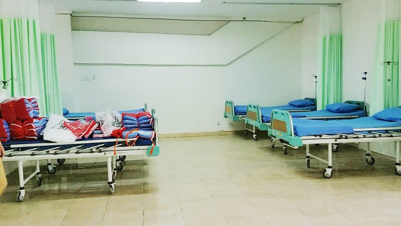Penampakan tempat tidur sebagai penambahan uang isolasi pasien Covid-19 di Gate 7 RSD Stadion Patriot Candrabhaga. Foto: (Ist)