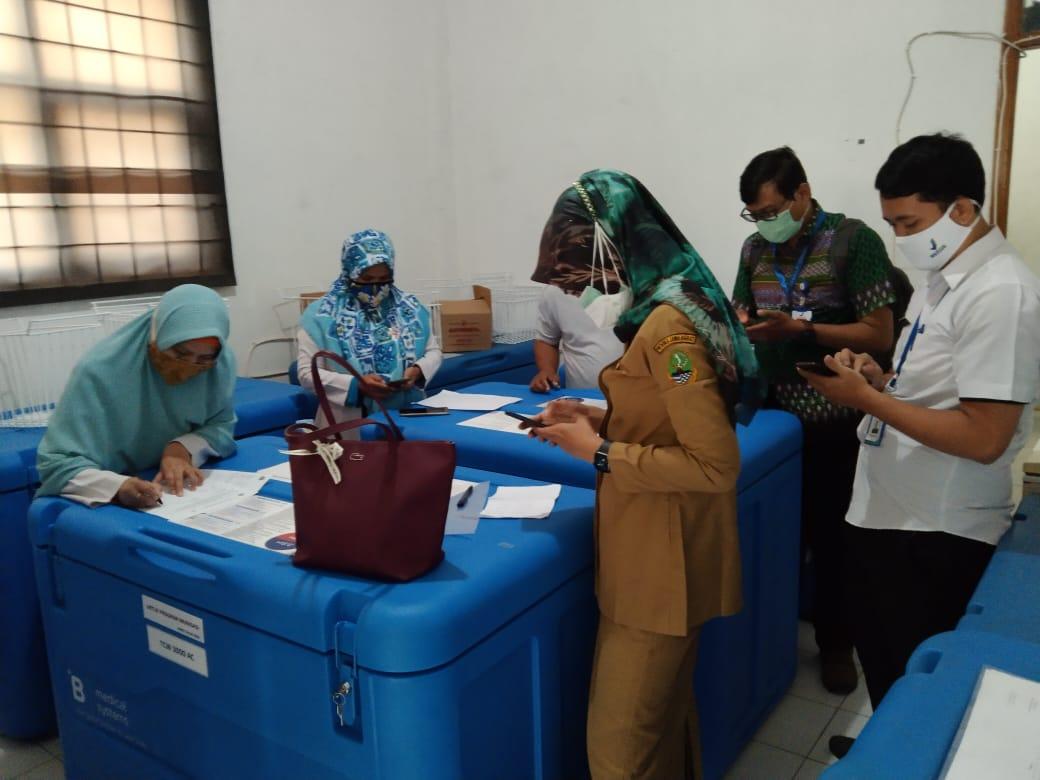 Penyortiran Vaksin Covid-19 di Unit Pelayanan Teknis Dinas (UPTD) Instalasi Farmasi Dinas Kesehatan Kota Bekasi, Kompleks Perum Bumyagara Jalan Bayan 1 No 1, Kelurahan Mustika Jaya, Kecamatan Mustika Jaya, Selasa (12/1/2021). Foto: (Ist)