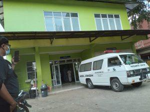 Sorotan mobil jenazah mengantre di depan ruang kamar mayat RSUD Kota Bekasi. Foto: Yessiana/Gobekasi.id