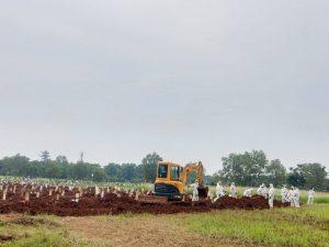 Penggalian tanah kburunan di TPU Pedurenan khusu Covid-19 menggunakan ekskavator. Foto: Ist/Gobekasi.id