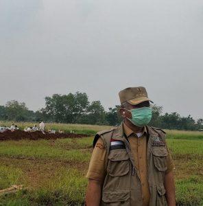Wali Kota Bekasi Rahmat Effendi mengunjungi TPU Pedurenan khusu Covid-19 di Mustikajaya. Foto: Ist/Gobekasi.id