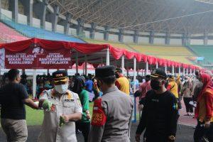 Wali Kota Bekasi rahmat Effendi ikut mengatur jalannya vaksinasi massal covid-19 terhadap 25.000 peserta di Stadion Patriot Candrabhaga. Foto: Ist/Gobekasi.id