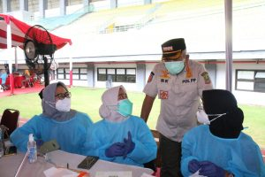 Wali Kota Bekasi Rahmat Effendi menyapa para tenaga medis atau vaksinator covid-19 di Stadion Patriot Candrabhaga. Foto: Ist/Gobekasi.id