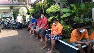 Pelaku curanmor yanh ditangkap Polres Metro Bekasi Kota dengan barang bukti 28 unit sepeda motor berbagai macam jenis, Selasa (28/9/2021). Foto: Gobekasi.id